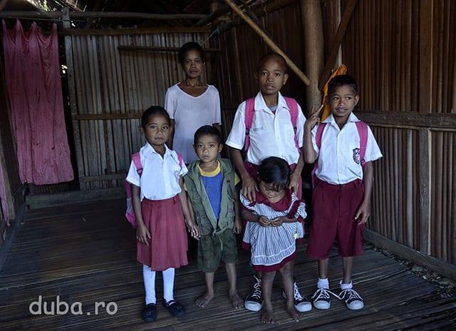 Copiii lui Bapak Raja din Maraina (un sat invecinat cu Manusela) se pregatesc pentru scoala. In Manusela, cea mai mare asezare din zona centrala a Muntilor Binaya, a fost construita de curand o scoala primara pentru copiii din Manusela si Maraina.