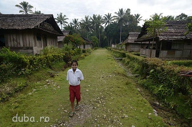 Spre scoala. Cam toti copiii din sat merg la scoala. Problema e ca la cele 6 clase (sc primara in Indonezia dureaza 6 ani) predau pe apucate 2-4 persoane din sat. Un invatator tine ore in paralel la mai multe clase. In comunitatile izolate nu exista invatatori, cei de la orase nu vor sa se mute acolo. Astfel, acolo predau sateni ce au aboslvit scoala primara sau generala. Ei sunt incadrati ca si ajutori de invatatori si primesc un salariu simbolic, cam de 15-20 de ori mai mic decat salariul unui invatator.