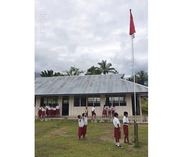 Ceremonia steagului, la scoala din Manusela. In fiecare luni dimineata elevii ridica drapelul national si sambata il coboara.