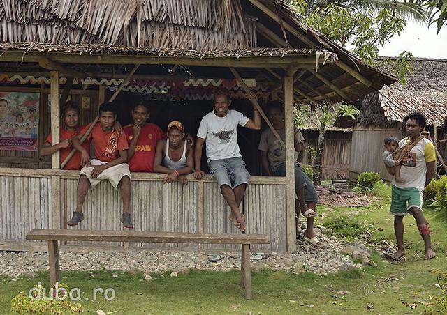 Un grup de sateni din Maraina ne privesc sfiosi si surprinsi ca ajungem neinsotiti in catunul lor.