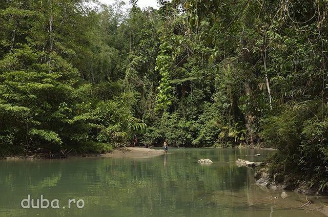 Un mic lac format pe cursul unui rau ne pune in incurcatura. Nu stim cate mai e pana in Salumena, speram insa sa fim pe crusul de apa care trebuie. Cu cat inaintam spre Nord panatele sunt mai domoale, cursurile de apa mai line si mai meandrate, in unele zone formandu-se mici lacuri.
