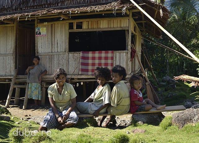Localnicii din Salumena ne primesc sfiosi. Este catunul cel mai mic si cel mai izolat pe care l-am intalnit. Aici urmele civilizatiei de jos  sunt putine. Infatisarea oamenilor cu parul cret arata ca aici rasa melaneziana (care a populat initial intregul Seram) nu a fost contaminata de populatiile venite ulterior din zona actualei Malaezii si raspandite prin tot arhipelagul Indonezian.