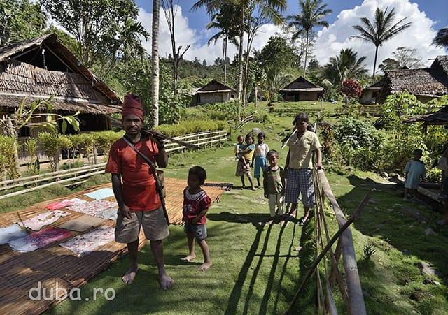 Un vanator din Salumena asteapta sa ne luam rucsacii si sa plecam. El ne va arata prima parte din drumul spre Kenike (satul urmator) pana cand vom trece de potecile de sago, de vanatoare si de scurtaturile ce taie meandrele raului. Daca merge la padure, omul si-a luat cu el arcul, sagetile si furca pentru peste. Cand am mai mers cu localnici prin astfel de zone (in Seram si in Papua) am vazut ca nu rateaza nici o ocazie de a prinde ceva de mancare. Cat merg cu ei, ochii lor scaneaza tot timpul locurile pe unde trecem uitandu-se dupa creveti, pesti, serpi, pasari...