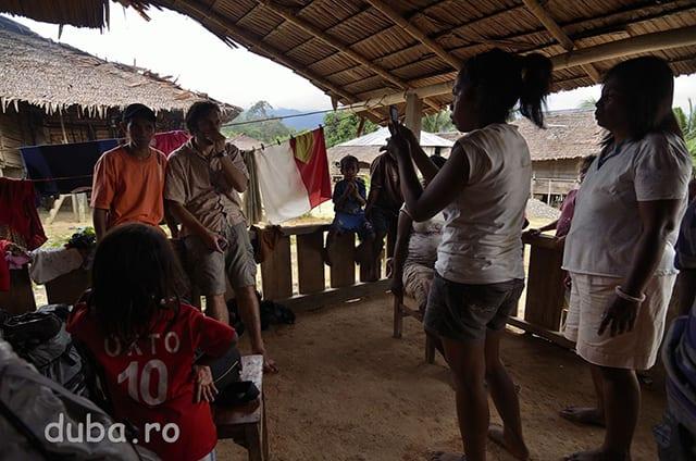 In Huaulu, la casa invatatorului, suntem luati la un photo-sesssion de familia lui si vecini.
