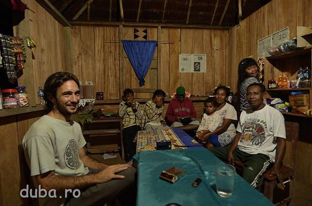 Acasa la invatatorul din Huaulu (dreapta imaginii), a carui nevasta tine buticul satului. Da, in Huaulu deja dam de un butic, si ne bucuram de biscuit, kretek si cafea normala. In 3 ani (de cand fusesem prima data in Huaulu) s-a construit un drum de masina pana-n sat, iar cladirea scolii care atunci era o mica baraca din bambus in care se scria cu carbunele pe o scandura, acum e una noua, din beton, cu mai multe clase si cu dotarile obisnuite ale unei scoli. Drumul de masina insa se opreste inainte de intrarea in sat, in dreptul scolii. Si deocamdata pare ca tot acolo se opreste si influenata civilizatiei de jos.