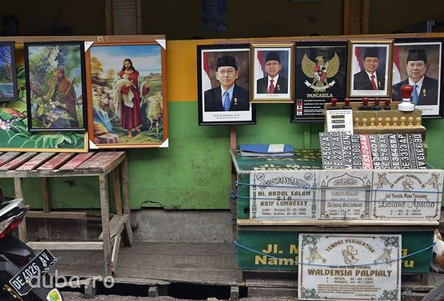 Papagali, Isus, presedintii Indoneziei, placi de inmatriculare si placi pentru morminte – un atelier din bazarul Batu Merah.