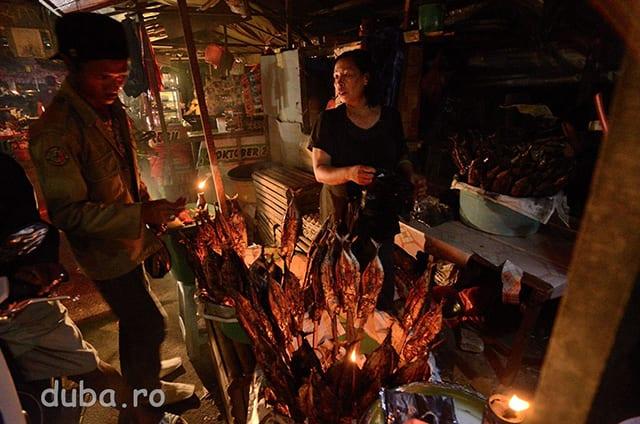 Vanzatoare de ikan asar (ton afumat/la gratar) in Piata Batu Merah. Cat am stat in Ambon am mancat din greu ikan asar, extraordinar de bun si de ieftin.