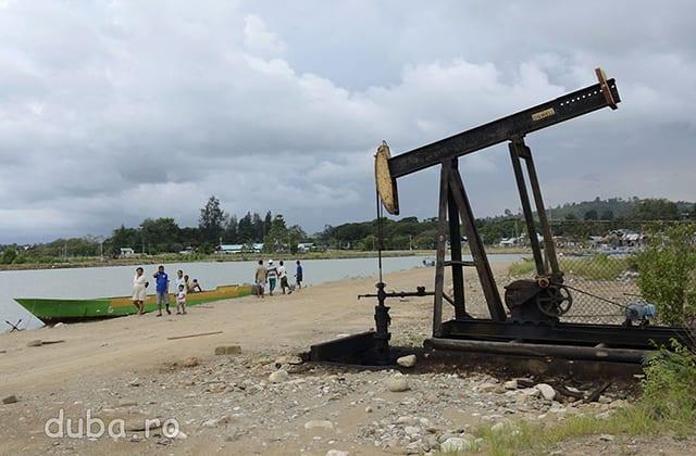 Plaja din Bula, un fost sat de pescari, transformat in exploatare petroliera si garnizoana cu sau fara voia localnicilor. Sondele de petrol se intind de pe plaja pana in sat, intre case.