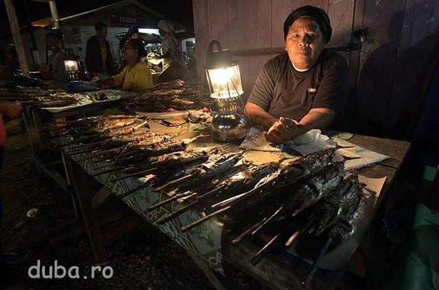 O taraba cu ton afumat, in pasar malam (piata de seara) din Bula. In multe localitati din Indonezia exista piete de seara unde se vinde mancare preparata sau semipreparata. Tonul din pietele din Bula este adus din Gorom, o zona mai la Est, acum in Bula pescuitul fiind neproductiv.