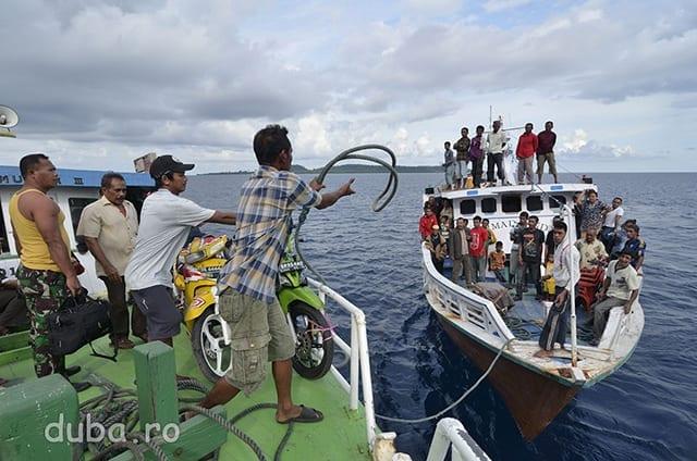 In drum spre Tutuktolu ne intersectam cu o barca din sens opus. In zona aceasta a arhipelagului majoritatea satelor sunt legate de astfel de barci. Unele dintre ele merg chiar pana in Papua. Ele nu au un orar clar stabilit, dar te poti baza pe ele fiindca sunt multe si deci relativ frecvente. In plus este foarte ieftin sa calatoresti cu ele.