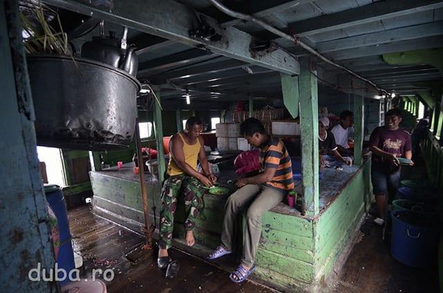 In bucataria barcii. Circuitul unei barci dureaza pana la 2 saptamani, barcile sunt dotate cu pricuri, bucatarie, veceu.