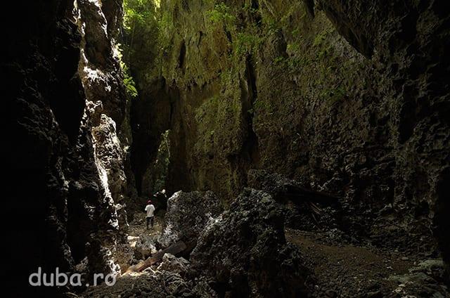 """Pestera """"barca"""" de pe Muntele Bati, care arata mai degraba ca un canion. Drumul din Bati Sayei spre coasta trece prin pestera pe care multi crestini din Seram si Saparua o considera arca lui Noe. Asocierea unor caracteristici ale mediului lor inconjurator cu povesti din Biblie am auzit in mai multe comunitati din Maluku si Noua Guinee."""
