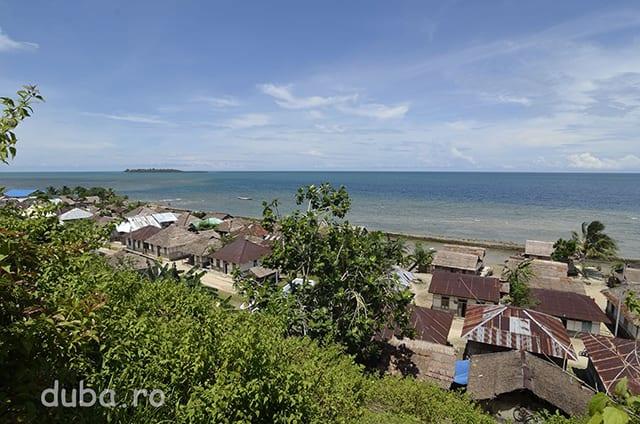 Sat de la poalele Muntelui Bati, pe coasta de Nord a Seramului.