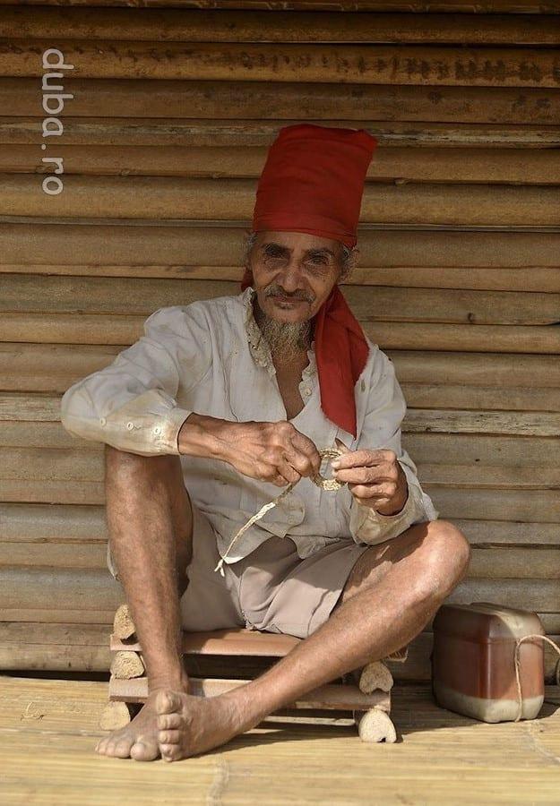 Un tete din Huaulu. Turbanul rosu este insemnul barbatilor naulu. In stanga lui este cutia cu betel, ocupatia preferata a batranilor din sat fiind mestecatul de betel. (Betel = nuca de areca + frunza de betel + praf din scoici, care mestecate au un efect usor narcotic.)