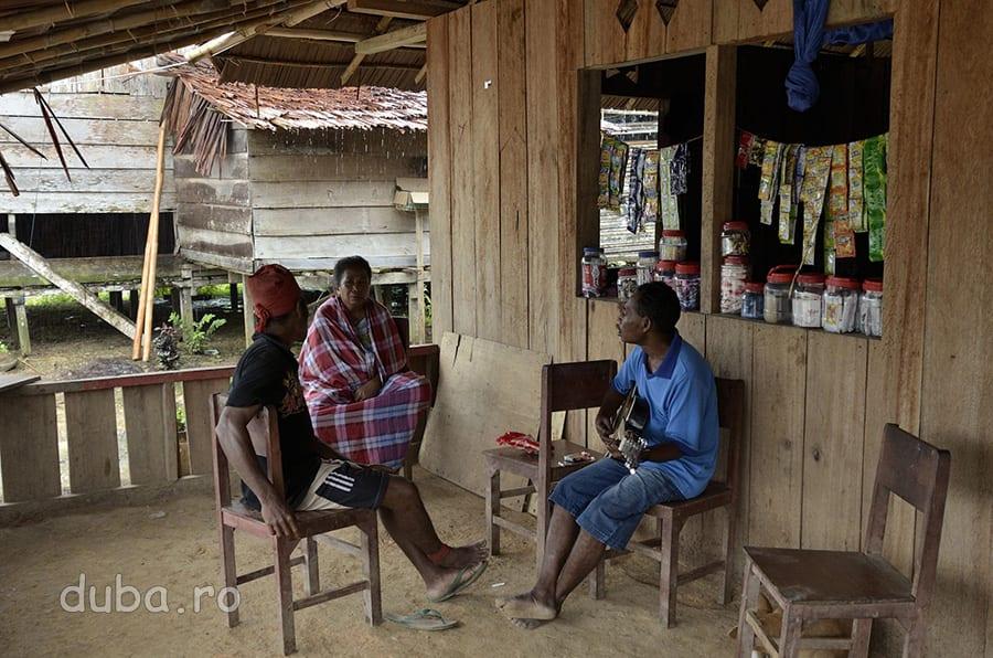 Invatatorul din Huaulu (dreapta) nevasta lui si un satean din tribul Naulu (cel cu turbanul rosu). Familia invatatorului este din alt sat, s-a mutat aici de curand, odata cu construirea scolii. Trei saptamani, cat am stat in Huaulu, ei au fost familia mea adoptiva.