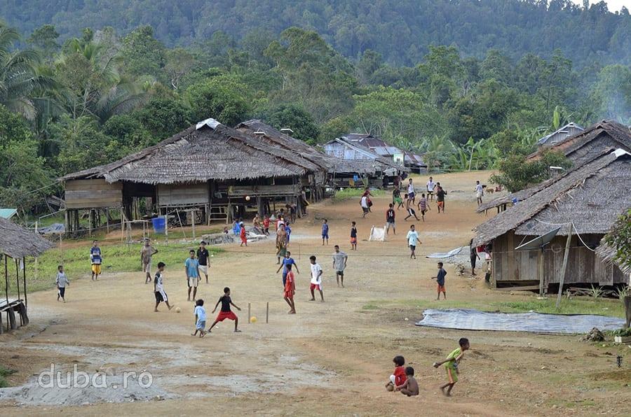 In Huaulu, dupa-amiaza copiii din sat se aduna la fotbal.