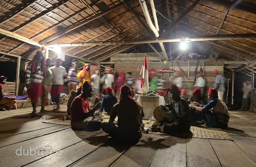 In prima seara, cand ajung in sat, in casa de ceremonii are loc un ritual de marcare a majoratului unuia dintre tinerii naulu. Tinerii danseaza in ritmul tobelor batute de cativa batrani din sat, care spun povesti din mitologia tribului. Ritmul tobelor se schimba in functie de poveste si la fel si al tinerilor prinsi intr-o hora.
