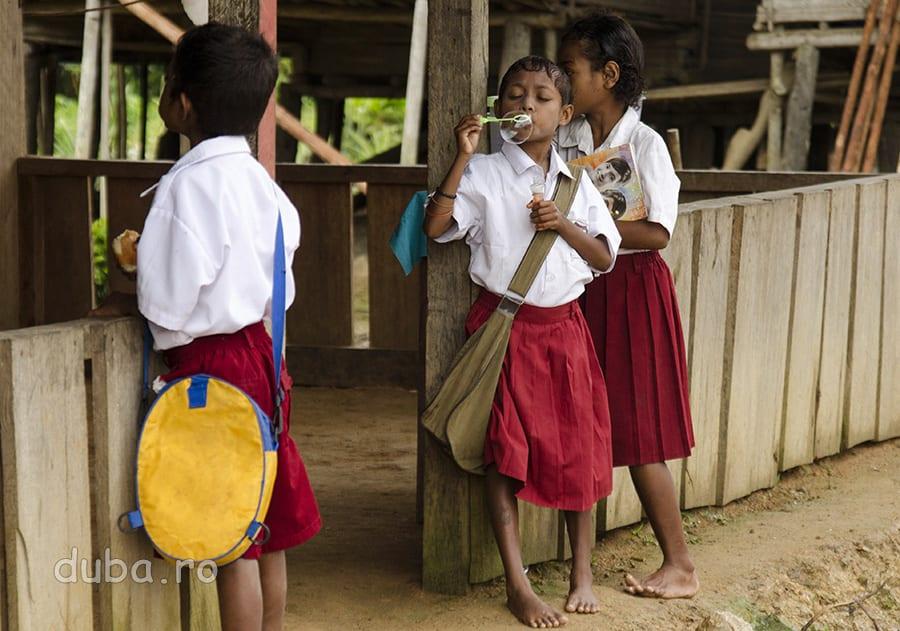 In drum spre scoala, cativa elevi s-au oprit la casa invatatorului, unde asteapta gogosile si chiflele lui ibu.