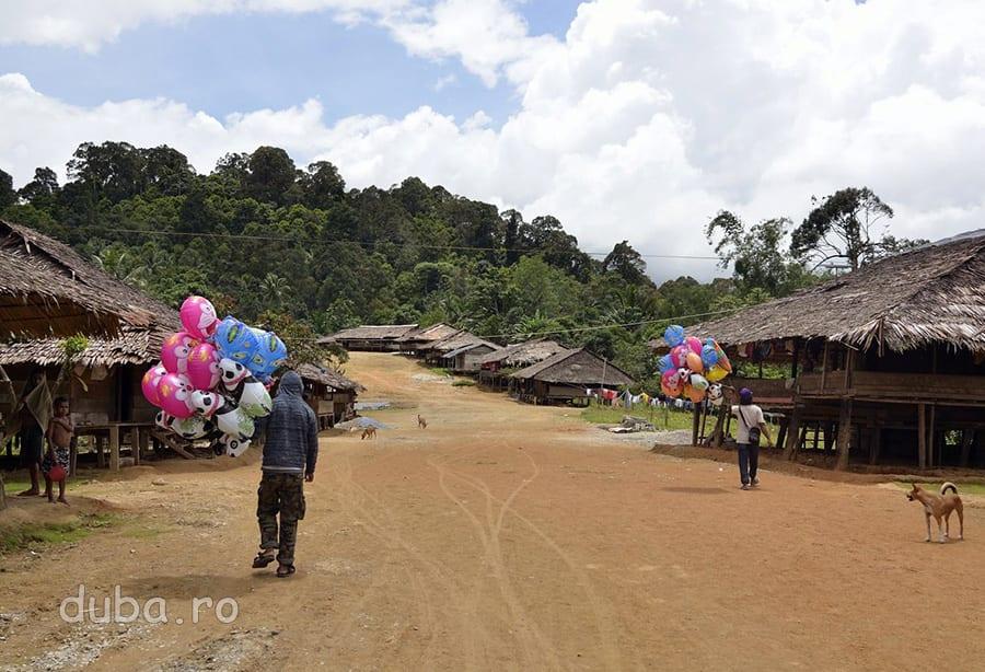 Vanzatorii de baloane iau satul la pas. In mijlocu zilei, Huaulu pare gol, lumea este ascunsa in case, la umbra.