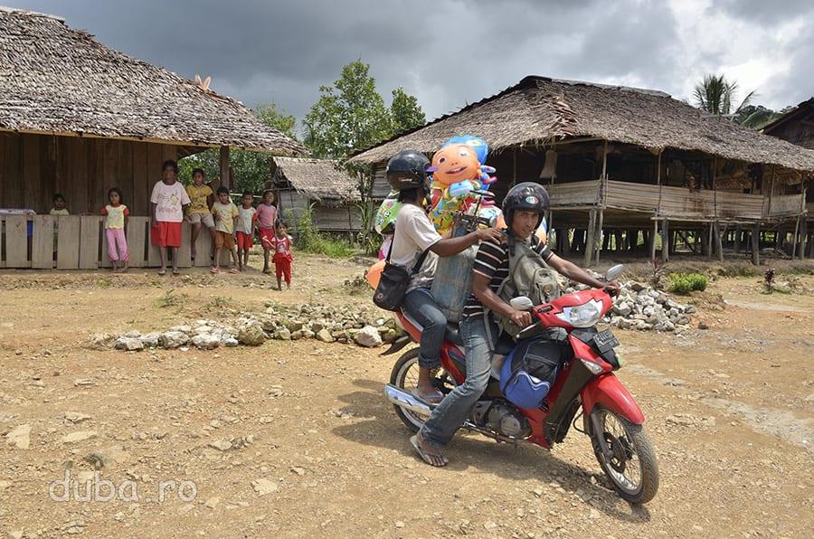 Cu baloanele si butelia pe motocicleta, vanzatorii pleaca mai departe. Acum n-au avut mare succes aici, dar lucrurile se schimba rapid chiar si in satele precum Huaulu. Prin Indonezia umblă mulți vânzători ambulanți, pe motocicletă, cu îmbrăcăminte, mărunțișuri pentru uz casnic, mâncare etc. Uneori, acesti comercianti-aventurieri vin de la sute de kilometri, cum sunt si javanezii din imagine.