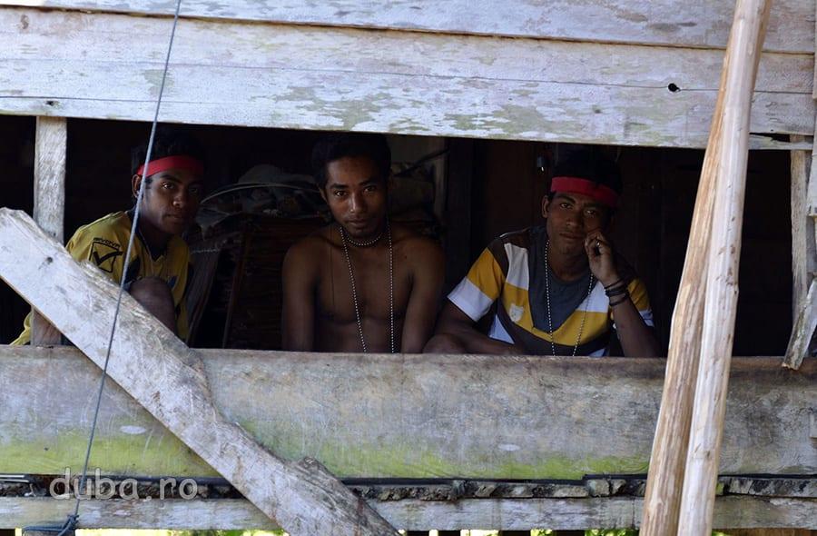 Vecinii de la casa din vale de cea a invatatorului, ma privesc tot timpul curiosi prin fereastra. Ziua fiecare-l vede pe fiecare, noaptea fiecare-l aude pe fiecare. In comunitatile izolate de aici se traieste practic in grup.