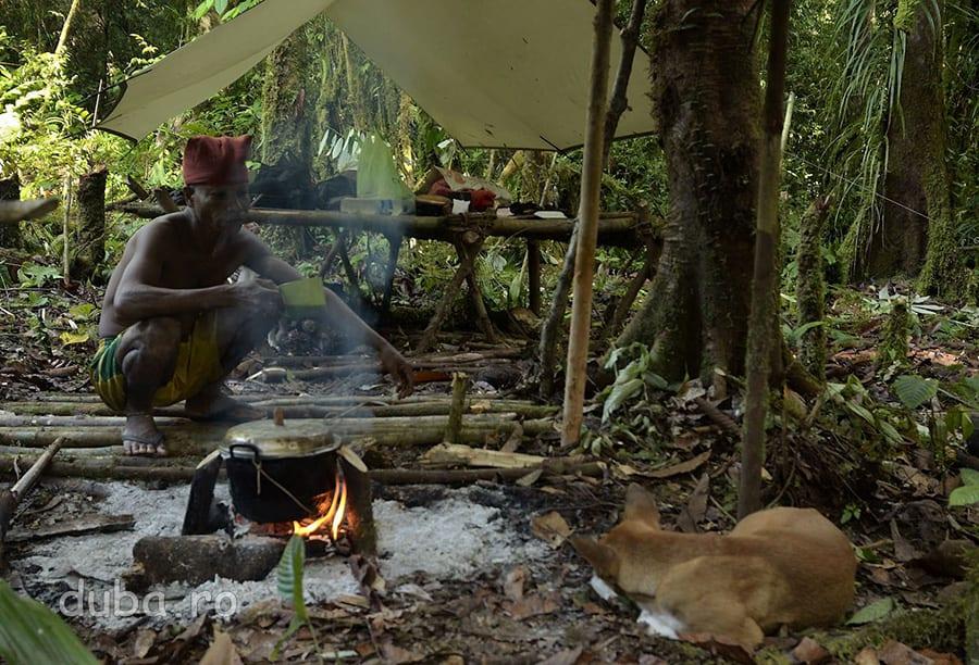 Buang pazeste oala cu orez pentru micul dejun. El nu si-a adus mai nimic de mancare (eu adusesem orezul) si nici haine de schimb, dar si-a adus o oala mare, o mega cana pentru cafea, o gramada de tutun si slapii pentru stat in tabara (in rest, merge numai descult).