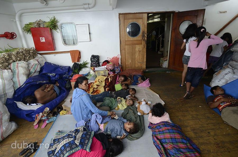 Pe puntea Dobonsolo.  Cand dorm, oriunde, indonezienii se simt ca acasa. I-am invidiat de multe ori pentru asta.