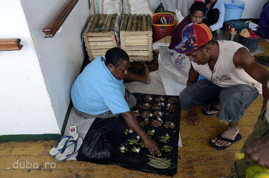 Vanzatoare de siri pinang (betel) pe KM Tatamailau. Papuasii sunt mari mestecatori  de betel, un narcotic usor.