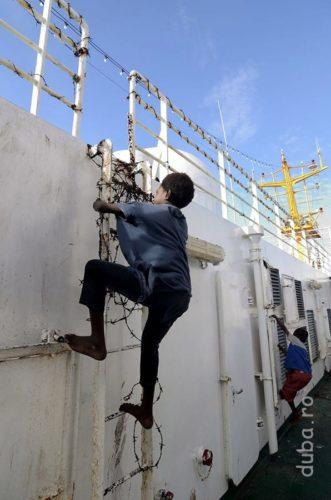 Cativa copii papuasi alearga peste balustradele infasurate cu sarma ghimpata, de pe puntea superioara, de pe Tatamailau. Cand i-am vazut si pe cei mari, am realizat ca ghirlandele de sarma ghimpata sunt pentru decor.