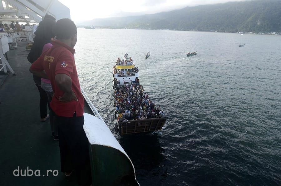 In Portul Kaimana, dana e ocupata, transferul de pasageri se face cu un slep.
