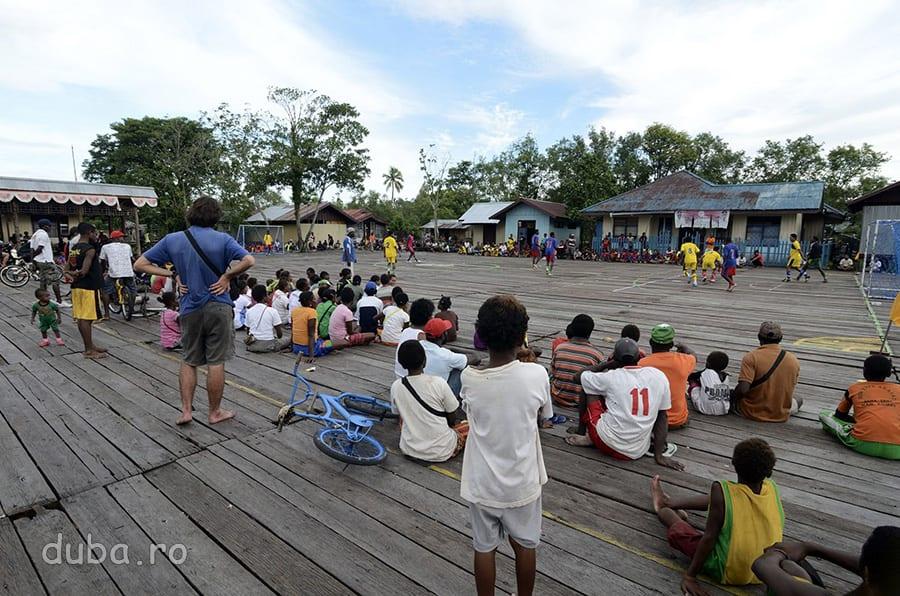 Terenul de fotbal din Agats - la fel ca toata asezarea – e construit deasupra mlastinii. Nu stiu cum sunt fotbalistii din Agats, dar Papua are cele mai bune echipe din Campionatul Indonezian.