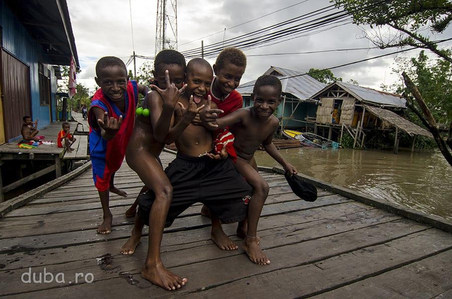 Pe unul dintre canalele Agatsului. Cand scot camera, copiii apar, din apa, de sub punte, din usile caselor: FOTO! FOTO!