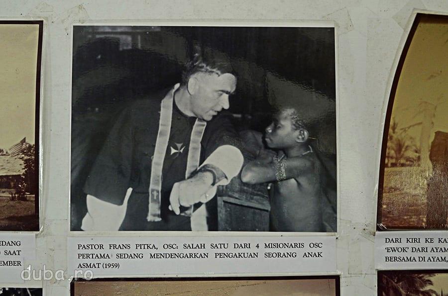 """""""Pastorul Frans Pitka, Ordo Sanctae Crucis, unul dintre primii 4 misionari OSC, ascultand confesiunea unui copil asmat (1959)"""" Muzeul Culturii si Progresului Asmat"""