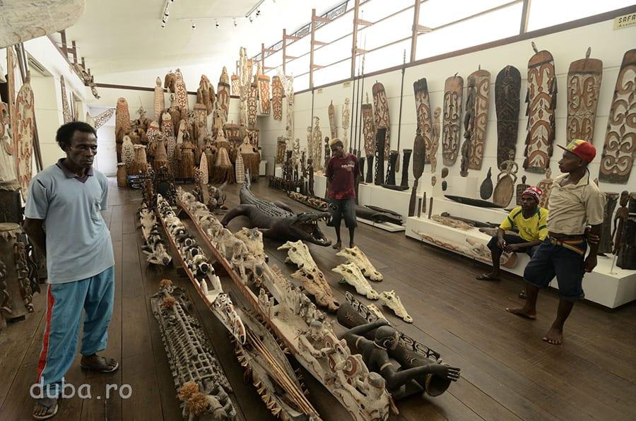 Sculpturi, scuturi și tobe asmate – Muzeul Culturii si Progresului Asmat.
