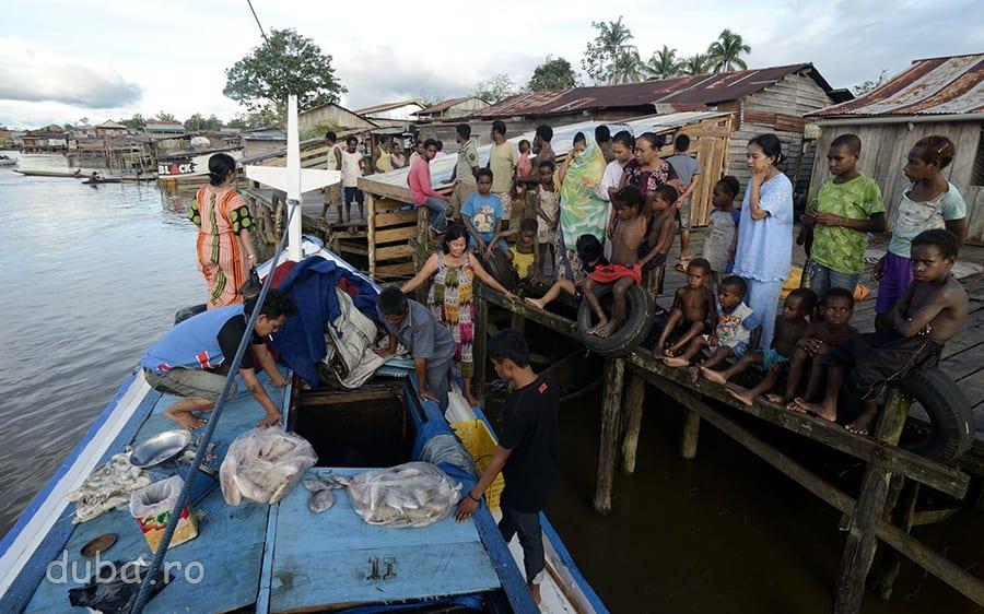 Pe Adijaya, oprire cu vanzare, intr-un sat de pe malul Siretsului. De obicei, cumparatorii sunt indonezieni. Papuasii isi prind singuri pestele, sau n-au bani.