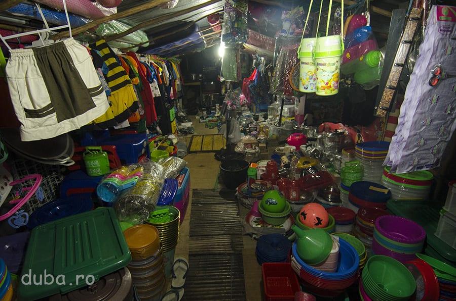 Un magazin universal plutitor – pe o barca oprita la debarcaderul unui sat, in drum spre Senggo.