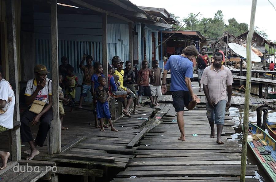 Pe ponton, in Senggo. Nu mi-am dat seama ce faceau papuasii acolo, toata ziua erau unii care atarnau pe ponton.