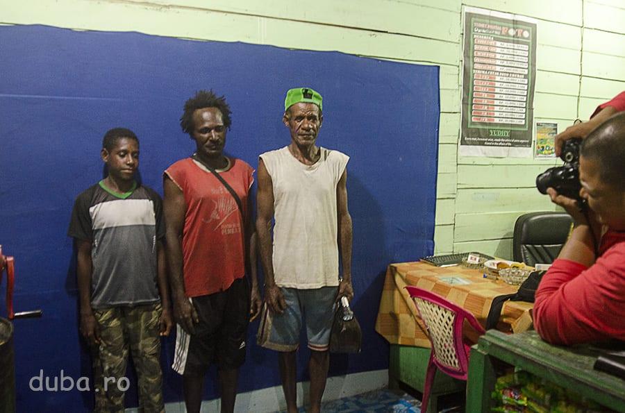 Patronul unui magazin de benzina și kerosen din Senggo face si fotografii. Daca au cativa bani in buzunar, papuasii is fac drum pe acolo, și Click!