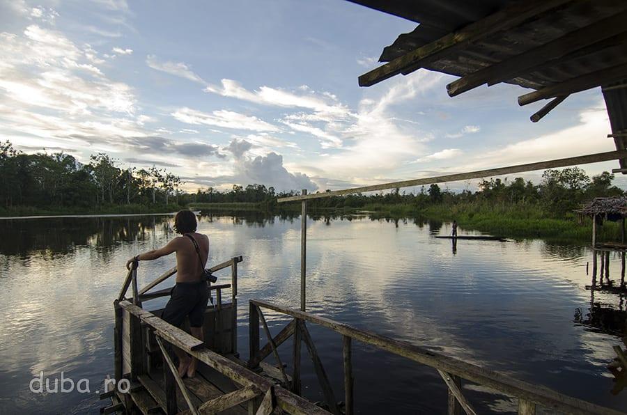 La apus, pe puntea magazinului din Tiau, unde am asteptat doua zile pline după o barcă spre amonte.