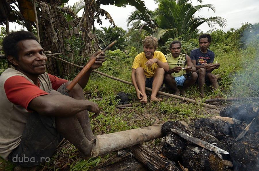 În Senimburu, coacem sukun (breadfruit) pe jar și stăm la taclale și la o pipă.  Bongul korowailor e făcut dintr-un tub de bambus, care la capăt are înfiptă o bucată scurtă, tot de bambus, de diametru mai mic. În vârful acela se îndeasă tutunul. În tubul principal, se bagă un fel de câlți, obținuți din coajă de palmier de sago, râcâită cu ceva ascuțit.