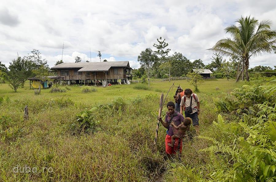 Împreună cu familia la care am stat, plecăm mai departe, spre mijlocul pădurii korowailor. În fundal, se vede casa misionarului din Senimburu.